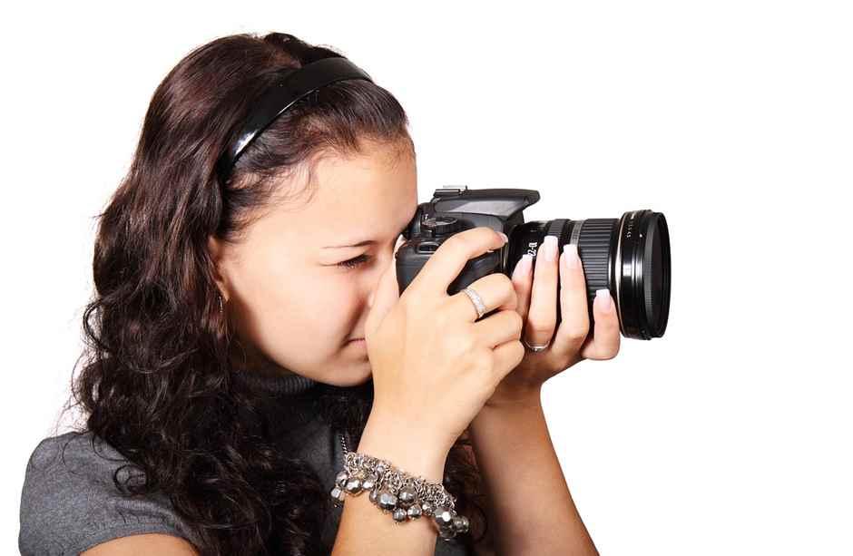 Junge Frau mit Spiegelrefelexkamera