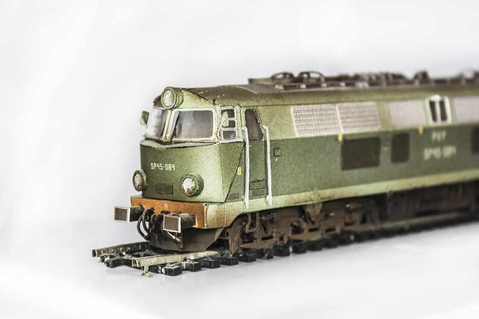 grüne ältere Lokomotive auf Schiene