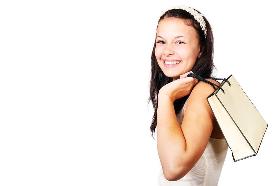 Junges Mädchen mit Einkaufstasche